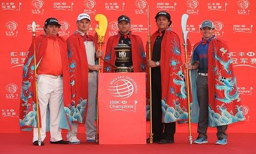 Des golfeurs en habits traditionnels de guerriers chinois