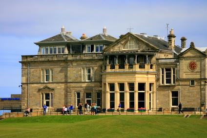 L'institutionnalisation de la pratique golfique a commencé dès 1754 avec la création du Royal & Ancient Golf Club of Saint Andrews et s'est développée tant au niveau amateur que professionnel.