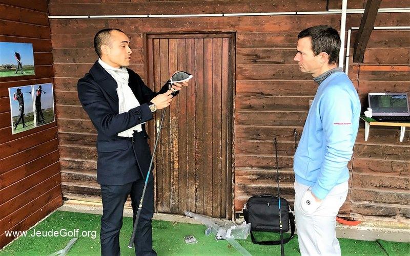 Sebastian Sebayang présente le manche TPT GOLF à Xavier Bretin