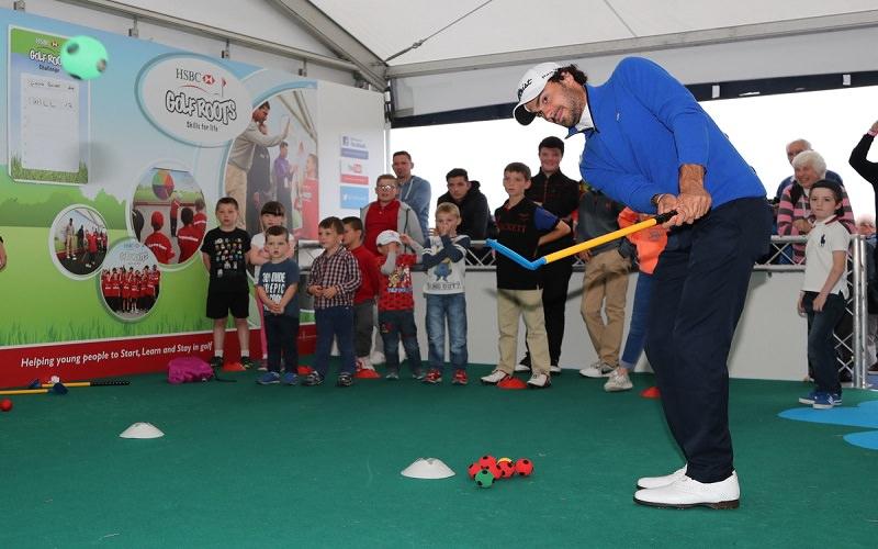 Clément Sordet anime une démo de golfroots pour les petits écossais