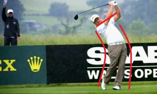 La rotation a beau être très brutale, l'épaule droite n'est pas passée avant le bas du corps