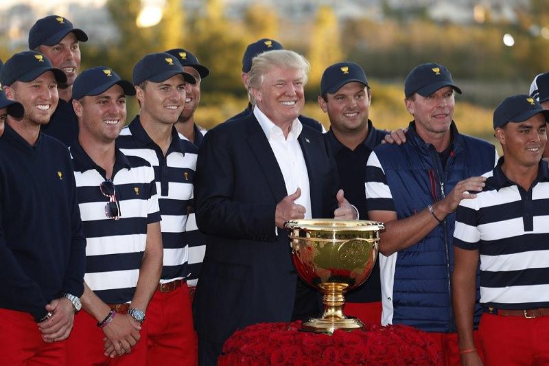 Donald Trump au milieu des joueurs américains après la victoire en Presidents Cup