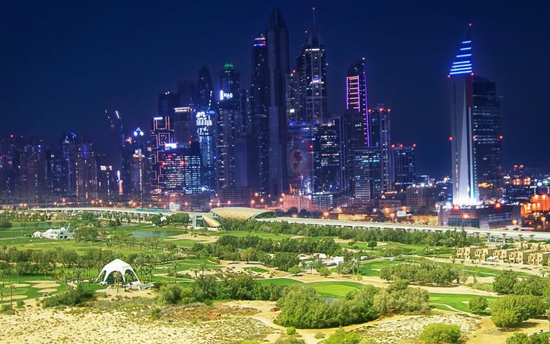 Quand Dubai s'illumine la nuit pour le plaisir des golfeurs