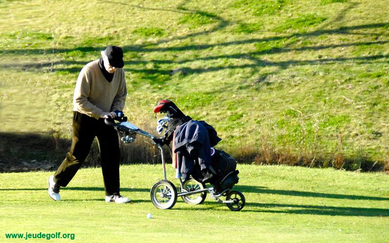 un golfeur amateur qui s'effondre pendant une compétition de classement