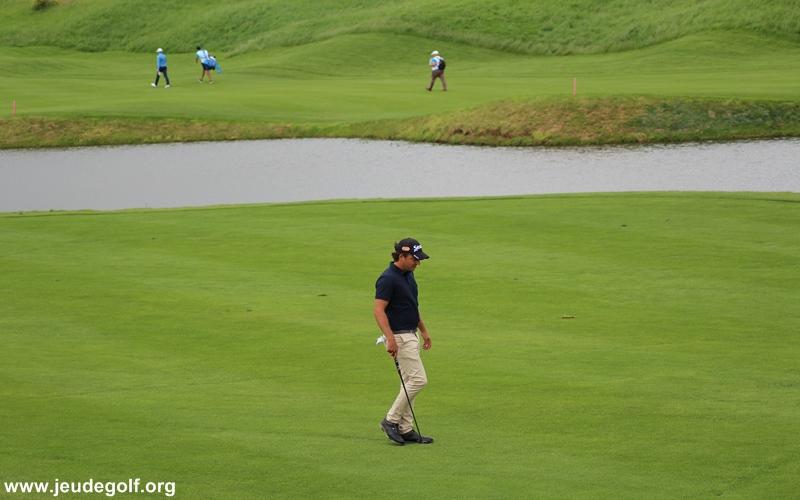 ce golfeur baisse les bras pendant une compétion