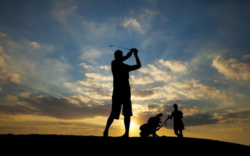 Jouer au golf de nuit. Crédit photo : Fotolia