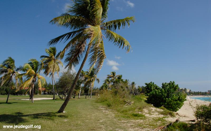 Le golf longe la plage