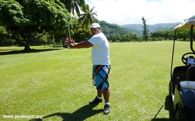 joueur local sur le golf d'Atimaono à Tahiti