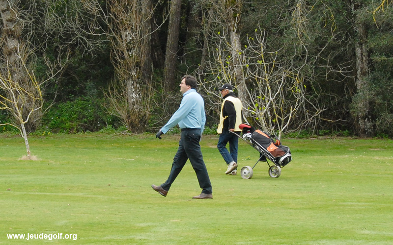 joueur et son caddie sur le golf d'Estoril au Portugal