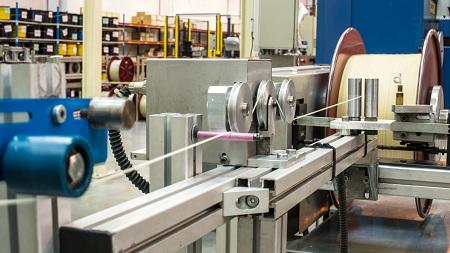 Contrôle qualité sur une chaîne de montage Babolat en France