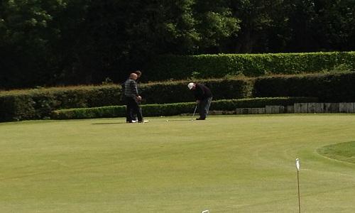 Jouer au golf entre amis