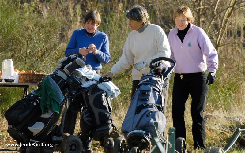 les amies femmes aussi se rencontrent en jouant au golf