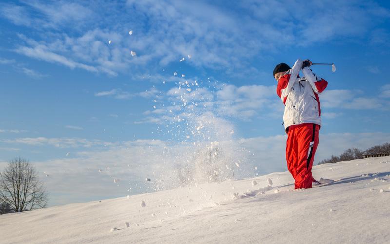 jouer au golf en hiver sous la neige