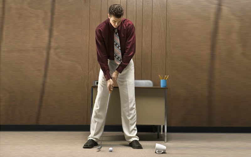 jouer au golf en hiver putting au bureau