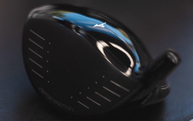 Enfin, les deux drivers laissent tomber le bleu iconique de la marque pour revenir à un noir plus classique.