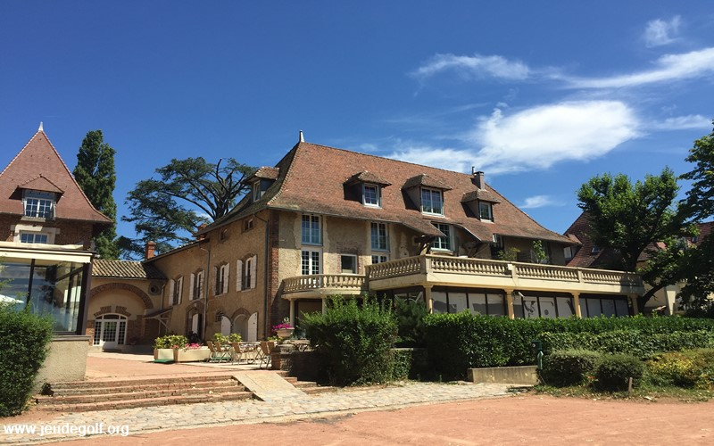 Golf club de Mionnay : le club house devant le 10 !