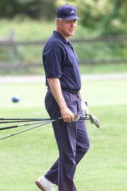 Bill Clinton sur un parcours de golf et loin de la Maison-Blanche