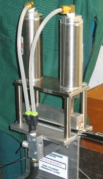 Clamp pneumatique dans l'atelier du clubmaker/clubfitter