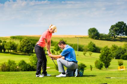 Le travail du moniteur de golf auprès de l'amateur passe par beaucoup de communication.