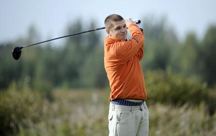 Un très bon swing de golf pour terminer face à la cible